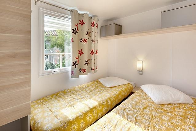chambre avec deux lits dans mobil home